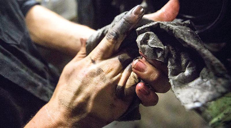 Mulheres são capacitadas-mão na graxa-oficina-mão suja-mulher na oficina